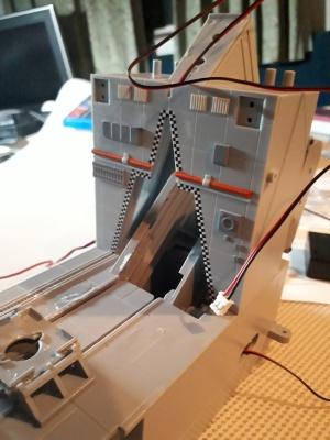 1号発射台スロープに壁面を取り付け サンダーバード秘密基地を組み立て